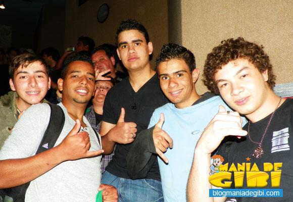 Igor Gustavo (direita) e seus amigos aguardando para pegar autógrafos