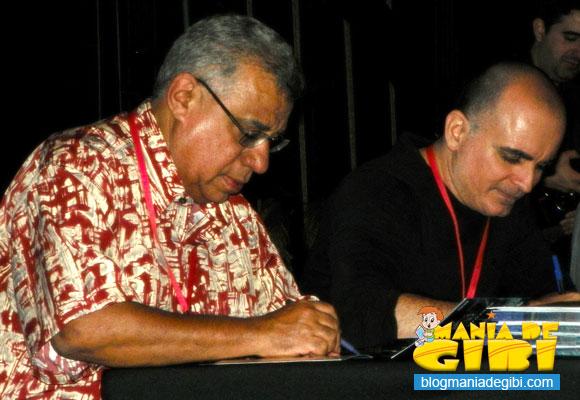 Rui de Oliveira e Mike Deodato autografam revistas para o público no VII Animaserra